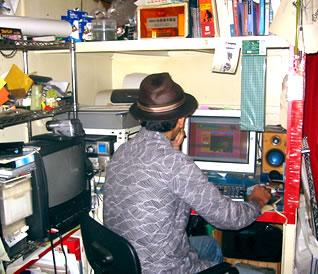 パソコンを使って制作作業に励む蛙男商会
