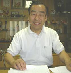 在伯島根県人会館にて作業中の古田川さん