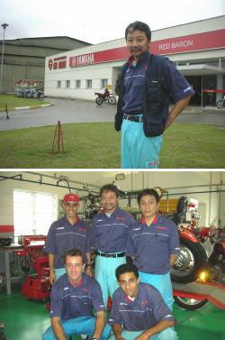 整備工場で働くブラジル人たちと米沢さん(後列中央)