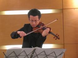 松江市宍道町にあるギャラリーCで演奏する辺見さん。