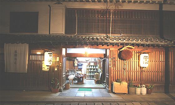 創業100年以上の歴史を感じさせる酒持田本店