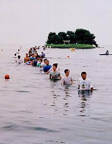 嫁が島に歩いて渡ろう2001(平成13年8月実施)