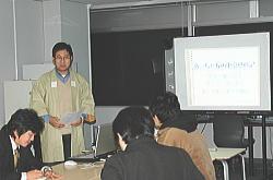 東京でのプレゼンテーションの模様を島根の起業家関係者の前で発表
