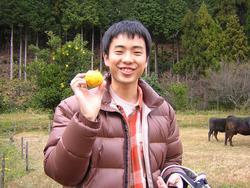 島根県にある山あいの農場で、牛とたわむれ、ゆずをゲット。