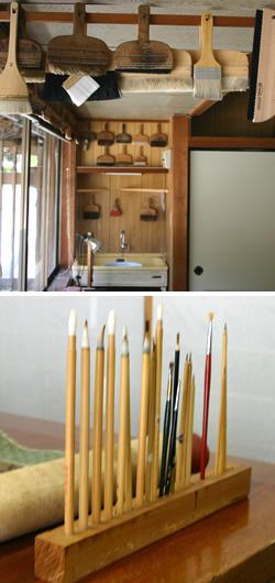 様々な刷毛類と筆類が並ぶ。用途に合わせていろいろなものを使いこなす。