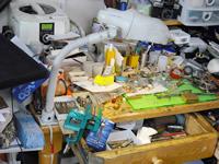 ところ狭しと様々な機械工具が並ぶ作業場