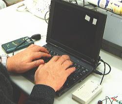 今や、三輪さんの身体の一部となったパソコン