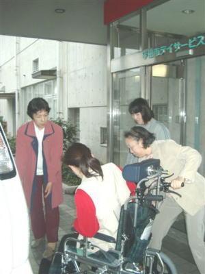 車椅子を使っての乗降介助の練習