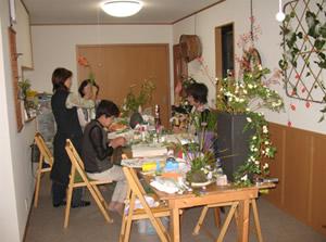 山野草寄せ植え展に向けて作品作りに励む教室生徒さんたち。