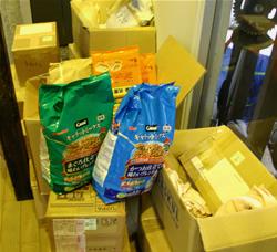 全国各地から届けられたペットフードなどの支援物資。本当にありがとうございます!