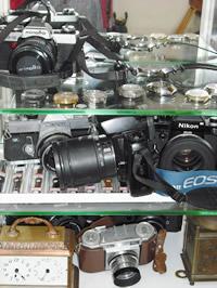 修理を待つカメラ、時計、その他店内一杯!!