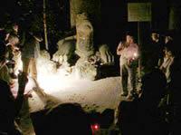 松江ゴーストツアーの様子。下の写真:月照寺大亀の前で