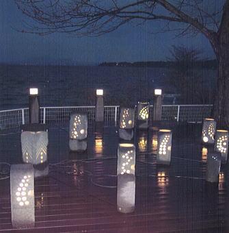 宍道湖を背景に幻想的な明かりを放つアートストーン