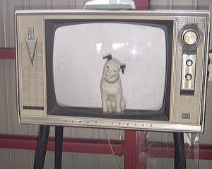 """四本足で健気に立つ姿が愛くるしい、""""あの頃のテレビ"""""""