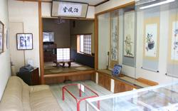作業場に隣接したギャラリーには横川さんお気に入りの書画が展示してある