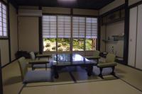 古民家の宿の一室。各部屋からは四季折々の雑木林の景色を楽しめる、まさに癒しの空間。