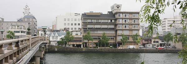 松江大橋のたもとに立つ大橋館全景